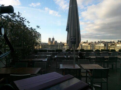 Vue depuis la terrasse sur Notre Dame de Paris